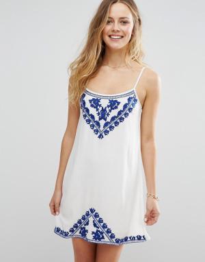 Raga Платье мини на тонких бретельках с вышивкой Santorini. Цвет: белый