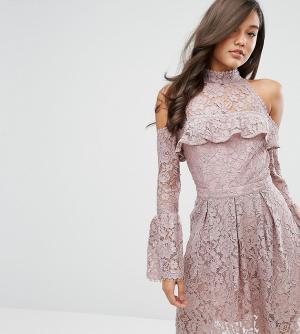 Dark Pink Кружевное короткое приталенное платье с открытыми плечами. Цвет: розовый