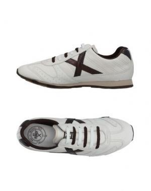 Низкие кеды и кроссовки MUNICH. Цвет: белый
