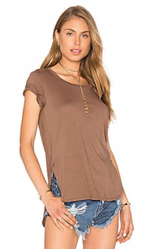 Легковесная футболка из джерси с асимметричным подолом Bobi. Цвет: коричневый