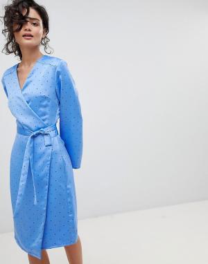 Gestuz Платье в горошек с запахом. Цвет: синий