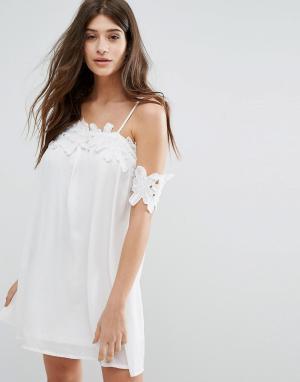 Boohoo Свободное платье с открытыми плечами и кружевной аппликацией. Цвет: белый