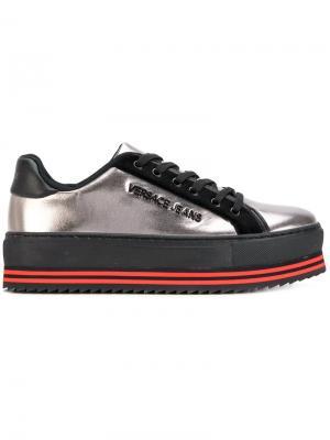 Кроссовки со шнуровкой на платформе Versace Jeans. Цвет: серый