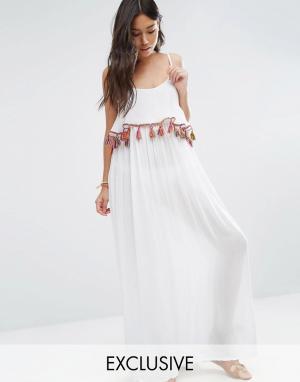 Akasa Пляжное платье макси с кисточками. Цвет: белый