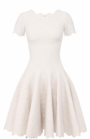 Приталенное мини-платье с фактурной отделкой Alaia. Цвет: белый