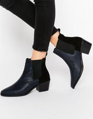 Park Lane Кожаные ботинки челси на среднем каблуке с крокодиловым рисунком. Цвет: темно-синий
