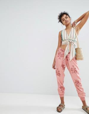 Billabong Пляжные брюки с цветочным принтом. Цвет: розовый