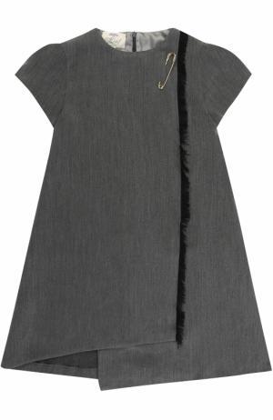 Мини-платье ассиметричного кроя с бахромой и булавкой Caf. Цвет: серый