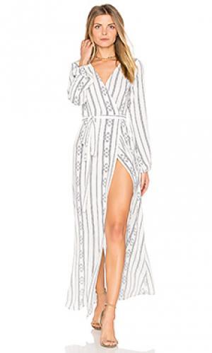 Платье с запахом и высоким разрезом Stillwater. Цвет: белый