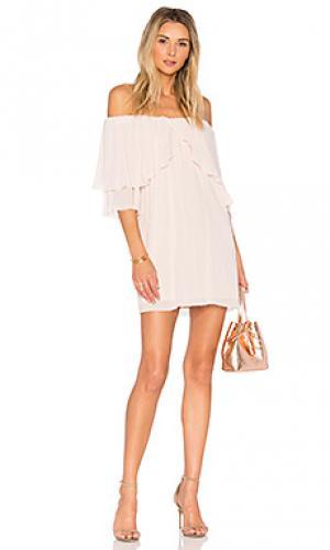 Платье с открытыми плечами отделка рюшами perfect day Suboo. Цвет: розовый