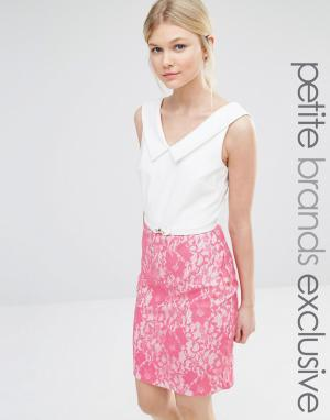 Paper Dolls Petite Платье-футляр с V-образным вырезом и контрастной кружевной юбкой. Цвет: розовый