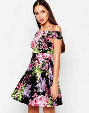 Vesper Короткое приталенное платье с открытыми плечами и тропическим принтом. Цвет: розовый