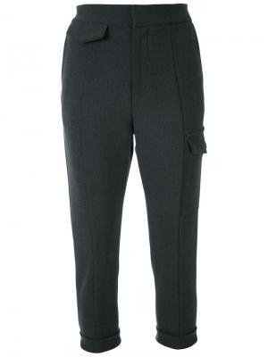 Укороченные брюки с карманами Fad Three. Цвет: серый
