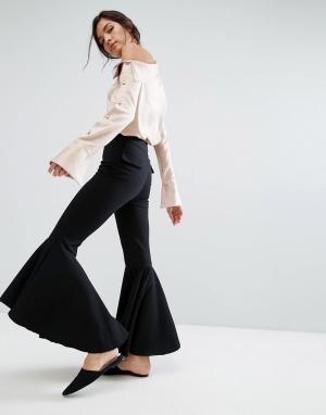 Style Mafia Расклешенные брюки. Цвет: черный