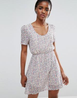 Pussycat London Короткое приталенное платье с цветочным принтом. Цвет: кремовый