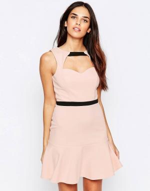 Lashes of London Платье с вырезом спереди и оборкой по подолу. Цвет: розовый