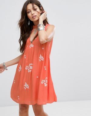 Honey Punch Свободное платье без рукавов с цветочной вышивкой. Цвет: красный