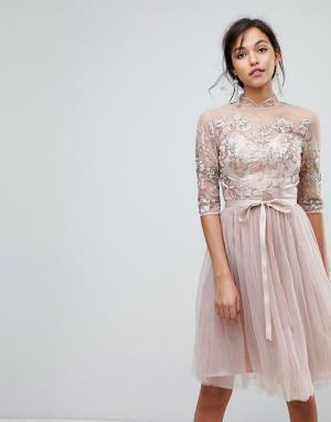 Chi London Тюлевое платье миди с высоким воротом и вырезом на спине Londo. Цвет: коричневый