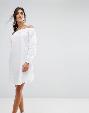 Closet London Цельнокройное платье с открытыми плечами. Цвет: белый