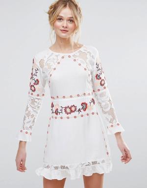 RD & Koko Короткое приталенное платье с длинными рукавами, вышивкой и кружевной. Цвет: белый