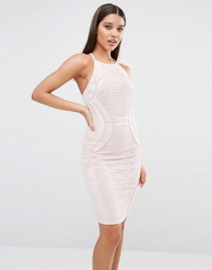 Lipsy Кружевное платье-футляр с высокой горловиной. Цвет: розовый