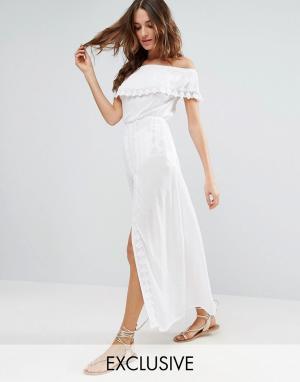 Akasa Пляжное платье с открытыми плечами и оборкой. Цвет: белый