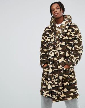 ASOS Камуфляжный халат из искусственного меха с капюшоном. Цвет: зеленый