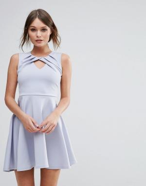 Club L Плиссированное приталенное платье с перекрученной отделкой. Цвет: синий