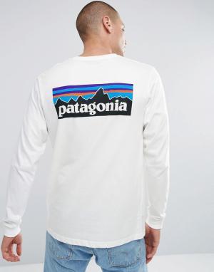 Patagonia Белый лонгслив с принтом на спине. Цвет: белый