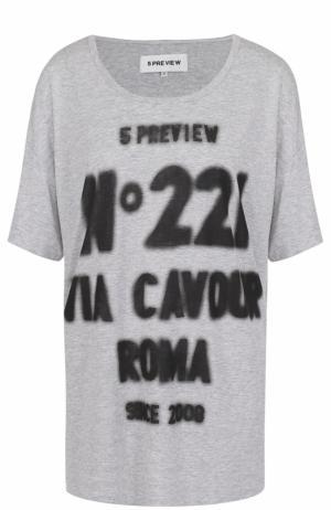 Удлиненная хлопковая футболка с контрастной надписью 5PREVIEW. Цвет: серый
