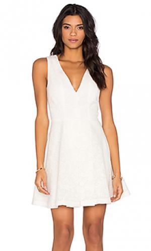 Мини платье v neck WAYF. Цвет: белый