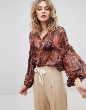 Maison Scotch Полупрозрачная блузка с принтом. Цвет: мульти
