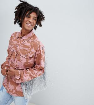 Milk It Окрашенная oversize-куртка с камуфляжным принтом и блестящей бахромой. Цвет: розовый