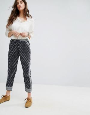 Maison Scotch Летние брюки с принтом. Цвет: синий