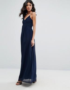 Club L Шифоновое платье макси с V-образным вырезом и плиссировкой. Цвет: темно-синий