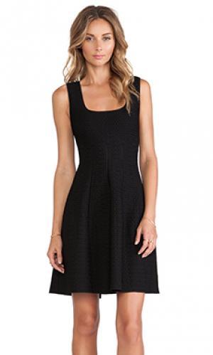 Приталенное и клешное платье RVN. Цвет: черный