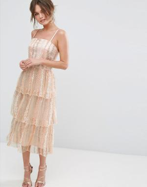 True Violet Платье миди на лямках с ярусной юбкой. Цвет: розовый
