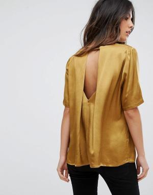 Soaked in Luxury Блузка с вырезом на спине. Цвет: золотой