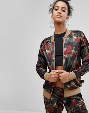 Adidas Originals Камуфляжная спортивная куртка X Pharrell Williams. Цвет: мульти