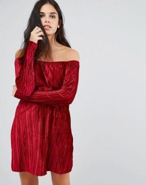 Club L Бархатное платье с вырезом лодочкой и присборенной юбкой. Цвет: красный