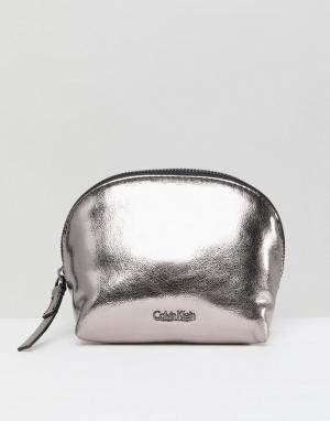 Calvin Klein Косметичка с эффектом металлик. Цвет: серебряный