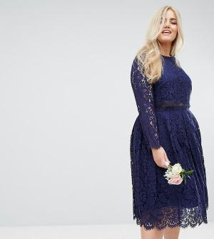 ASOS Curve Кружевное платье миди для выпускного с длинными рукавами WE. Цвет: темно-синий