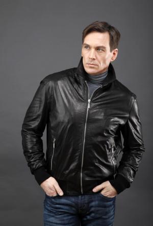 Короткая молодежная куртка из натуральной кожи AFG. Цвет: черный