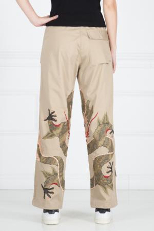Хлопковые брюки с принтом Maharishi. Цвет: бежевый