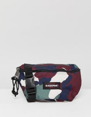 Eastpak Сумка-кошелек на пояс объемом 2 л с камуфляжным принтом Spring. Цвет: зеленый