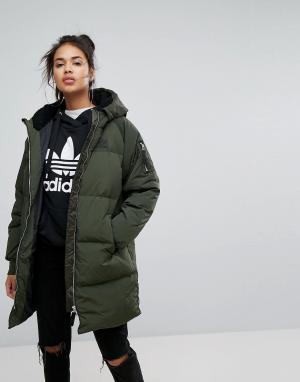 Adidas Originals Длинный бомбер цвета хаки. Цвет: зеленый