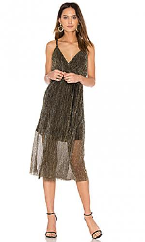 Платье без рукавов с запахом J.O.A.. Цвет: металлический золотой