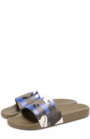 Резиновые шлепанцы  Garavani с камуфляжными принтом Valentino. Цвет: хаки