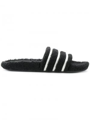 Шлепанцы Adilette из искусственной овчины Adidas. Цвет: чёрный