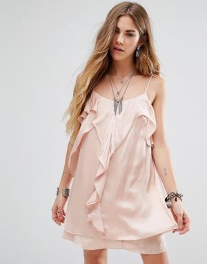 Honey Punch Платье на бретельках с оборкой спереди. Цвет: розовый
